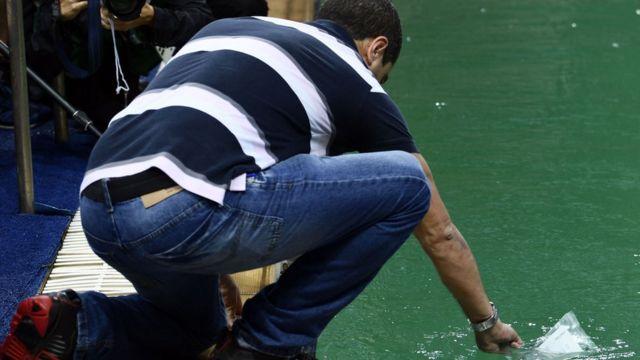 Especialista faz teste na água da piscina de saltos: organizadores descartam riscos para a saúde