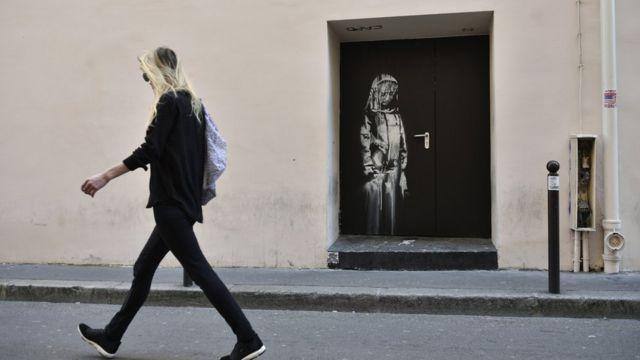 Novi Benksijev mural predstavlja ženu ispred Bataklana u Parizu, Francuska.