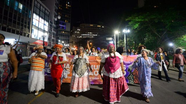 Activistas indígenas y afrodescendientes protestan contra el racismo en Brasil.