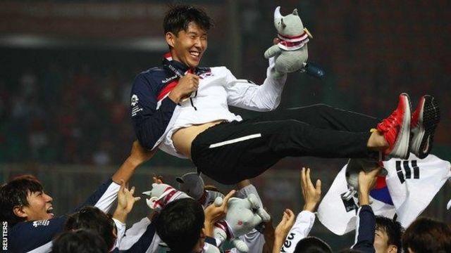 ဆောင်ဟွန်မင်ကို ဂုဏ်ပြုနေတဲ့ တောင်ကိုရီးယား ကစားသမားများ