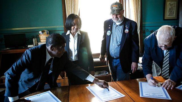 Выборщики от Мичигана голосуют за Трампа в 2016 году
