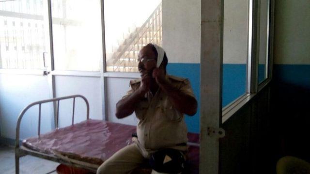 घायल पुलिस अधिकारी