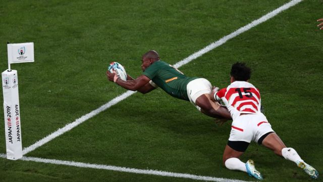 South Africa's wing Makazole Mapimpi (L) scores a try during the Japan 2019 Rugby World Cup quarter-final match between Japan and South Africa at the Tokyo Stadium in Tokyo on October 20, 2019.