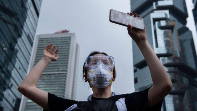 智機手機在香港的示威者中除了用來通訊,還是拍攝照片和短片的工具。