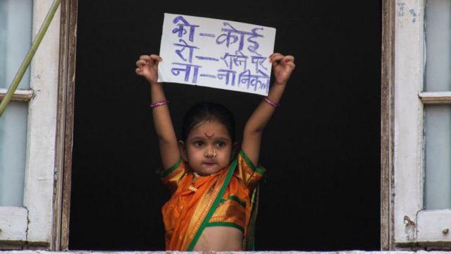 મુંબઈમાં પરંપરાગત વસ્ત્રોમાં બાળકીની અપીલ
