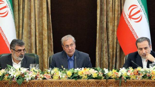 Behrouz Kamalvandi, trái, Ali Rabiei, giữa, và Abbas Araqchi, nói với báo chí