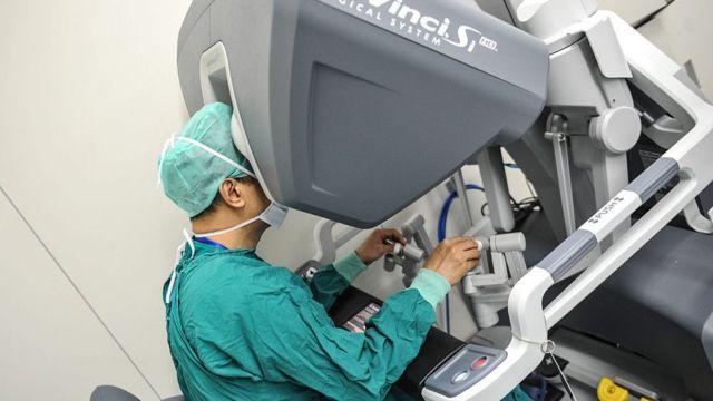 Un cirujano opera un robot quirúrgico en el Primer Hospital Afiliado de la Universidad Sun Yat-sen, en abril de 2015, en Guangzhou.