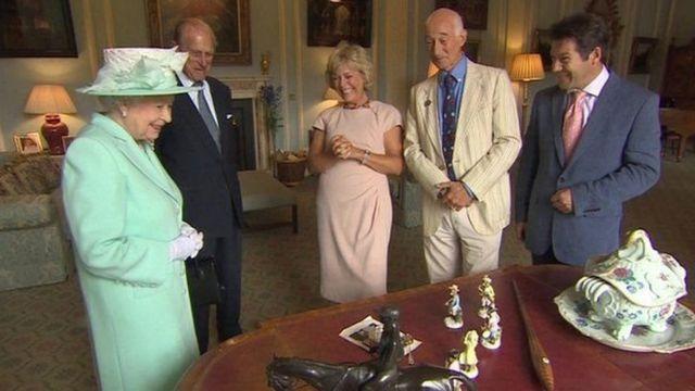 2014年英国女王伊丽莎白二世参加《鉴宝路秀》特别节目