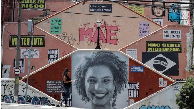 Muro com foto de Marielle Franco