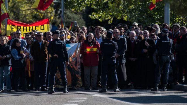 Partidarios de Franco concentrados delante del cementerio de MIngorrubio.