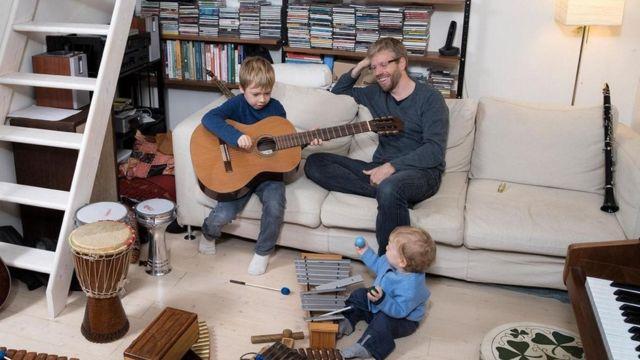 أصبحت الآلات الموسيقية التي يملكها ديفيد وود ، وهو موسيقي يعيش في فلورنسا بإيطاليا ، وسيلة للعب مع طفليه ، نوح وإيان.