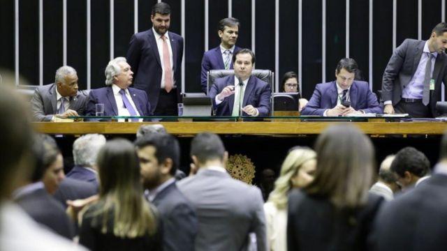 Sessão do Plenário da Câmara no dia 2 de abril, quando Maia criticou emendas feitas a projeto de lei que anistia partidos que cometeram infrações eleitorais