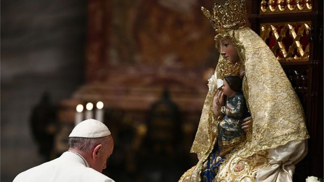 Fafaroma Francis a dai-dai gaban gunkin Mary The Virgin a cikin majami'ar