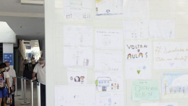 Cartazes de volta às aulas em escola no Rio; interrupções no fluxo escolar causarão perdas sociais e econômicas de longo prazo