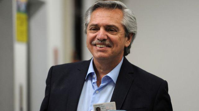 Alberto Fernández após votar no domingo de eleições na Argentina