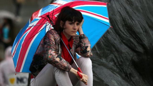 Mujer con un paraguas con la bandera de Reino Unido
