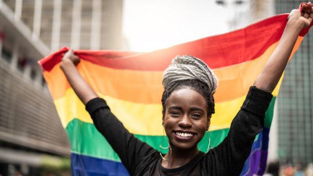 Mulher em SP com bandeira do movimento LGBT