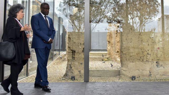 Salcedo, junto al premio Nobel de la Paz Denis Mukwege, recorre su obra Fragmentos, en la que trabajó con mujeres víctimas de violencia sexual.