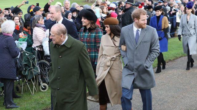 Принц Филипп шел в церковь вместе с герцогом и герцогиней Кембриджскими, принцем Гарри и Меган Маркл