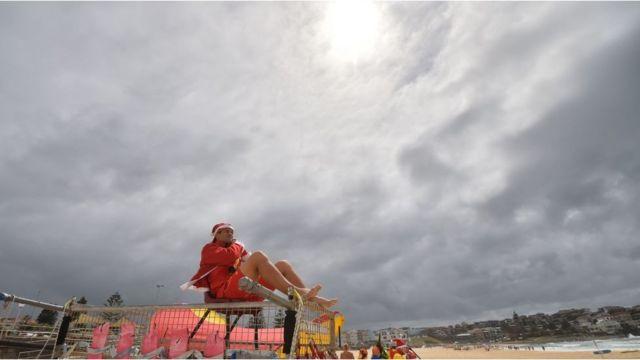Санта-Клаус на пляже в австралии