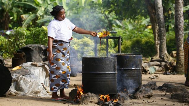 One woman dey separate palm oil di traditional way for Dabou, Ivory Coast, 30 October 2017.