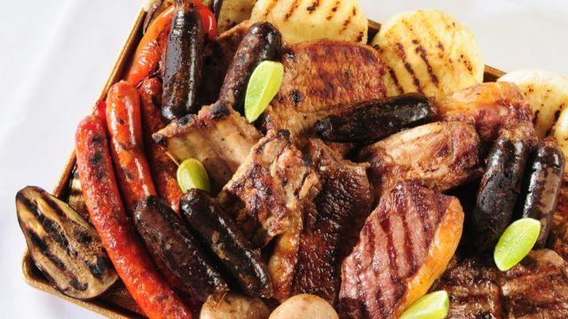 Arepas y carne. salchichas, morcilla