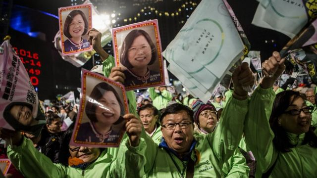 Supporters of Democratic Progressive Party (DPP) presidential candidate Tsai Ing-wen cheer during rally campaign ahead of the Taiwanese presidential election on January 14, 2016 in Taoyuan, Taiwan.