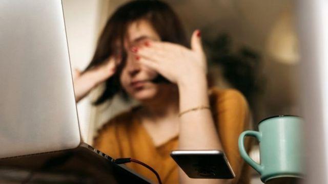 Bilgisayar başında yorgun kadın