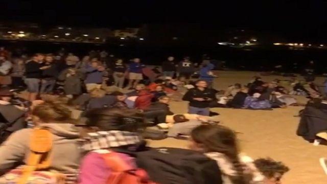 何千人もの観光客が安全確保のため浜辺で一夜を過ごした(26日、仏南東部)