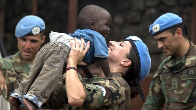 Umusirikare ba ONU ahagarariye amahoro muri Kongo mu mugwi MONUSCO, bariko barakinisha umwana