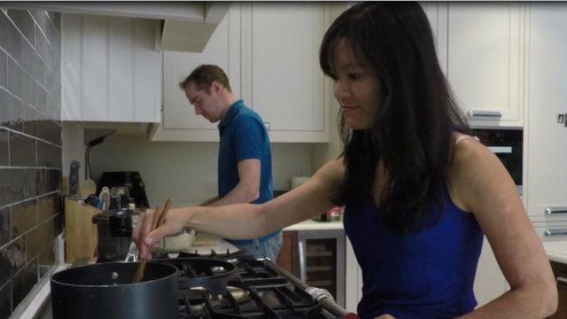 Hiền Trang cùng chồng, cũng làm ở khu City of London, nấu ăn ngày cuối tuần