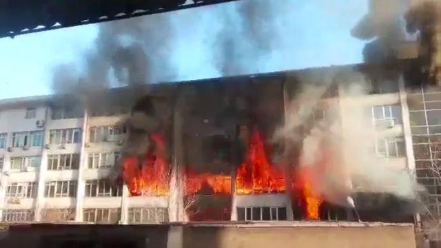 Toshkentda yonayotgan bino