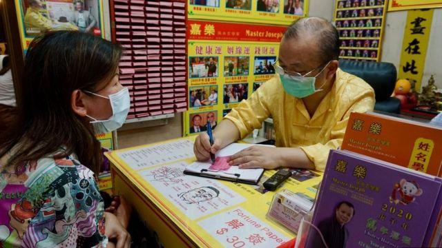 يفسر العرافون في معبد وونغ تاي سين ما تقولهعصي الحظ ويعطون تنبؤات للمستقبل