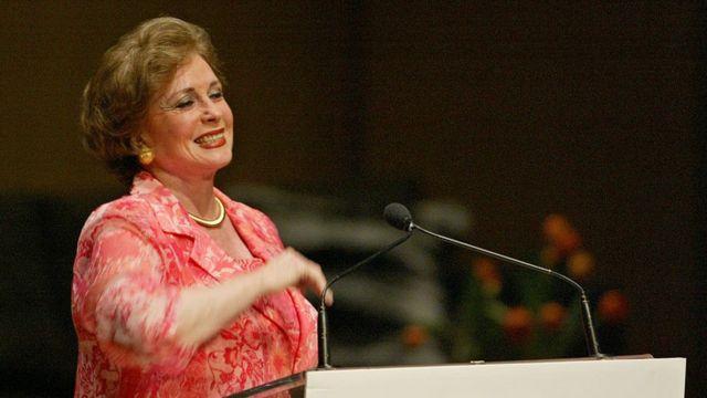 تحدثت جيهان السادات ، أرملة أنور السادات ، عن حياتها وخبراتها الفريدة في 28 أبريل 2003 في قاعة روي طومسون.