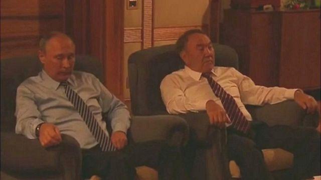 """Los presidentes Vladimir Putin (izq) y Nursultan Nazarbayev miran la película """"Los 28 hombres de Panfílov"""""""