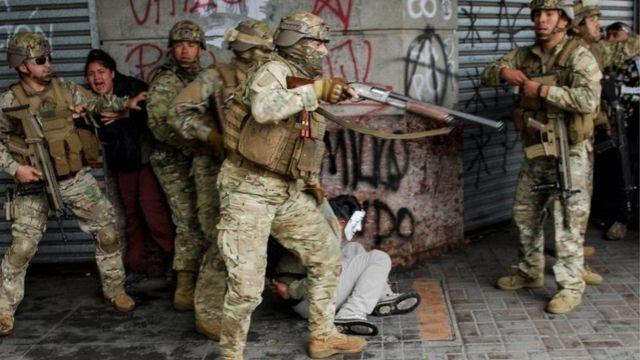 солдаты армии на улицах крупных городов Чили