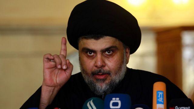 """Etkili din adamı Mukteda al Sadr yeni yasanın """"yolsuzluğa bulaşmış"""" partilerin sonunu getireceğini düşünüyor."""