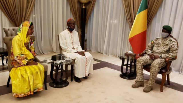 Umubikira Gloria Narváez na Col Assimi Goïta hamwe na Musenyeri mukuru wa Bamako Jean Zerbo