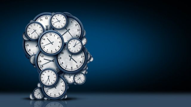 Silueta de perfil con relojes