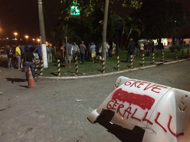 Caminhoneiros em protesto na frente de refinaria da Petrobras, no Rio
