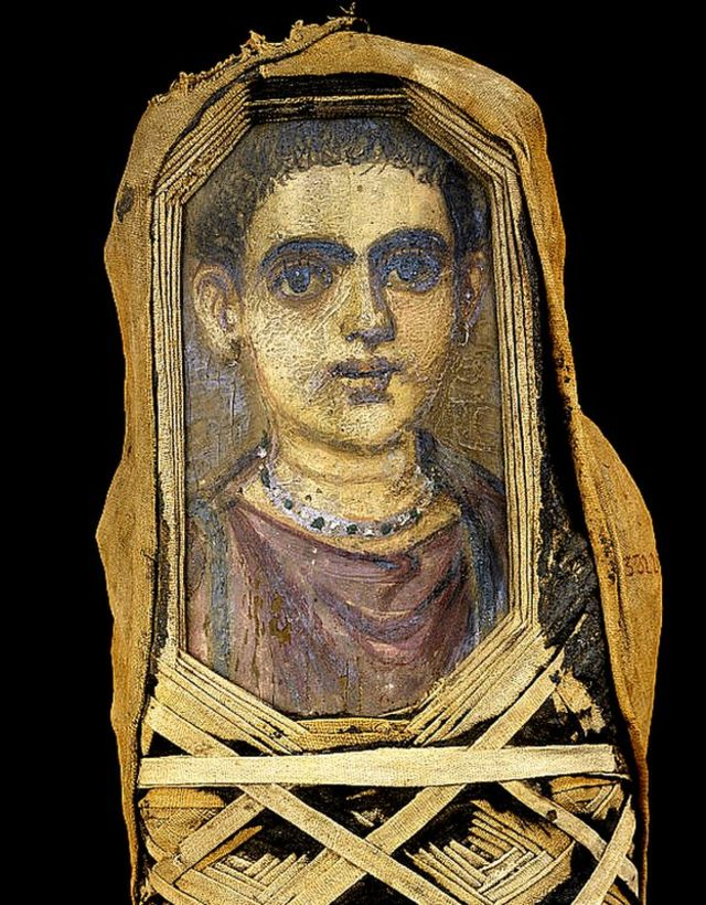 Una momia de un niño del período romano excavada en Hawara, Egipto. Ahora está en el Museo Egipcio, Cairo.