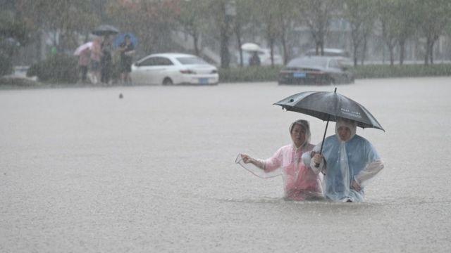 河南水灾:特大暴雨致数十人死亡 最初24小时发生了什么 河南水灾:特大暴雨致数十人死亡 最初24小时发生了什么