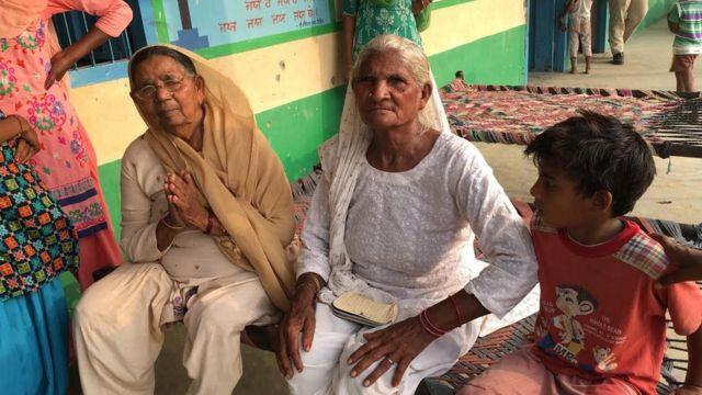 बैंका गांव के मिडिल स्कूल में चलाए जा रहे रिलीफ कैंप में बुजुर्ग महिलाएं डरी हुई हैं