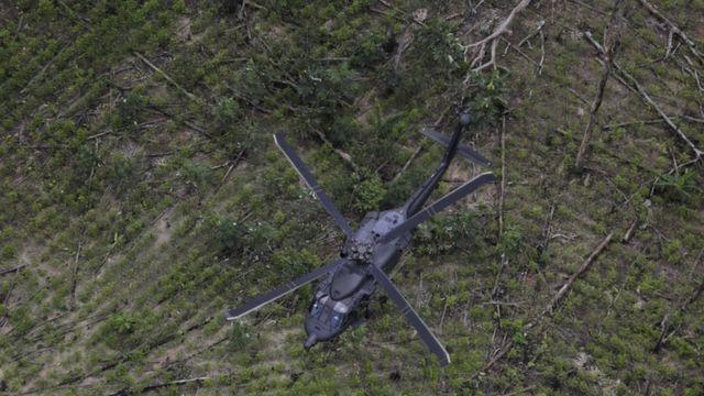 コカ栽培地域の上空を飛ぶヘリコプター(2日)