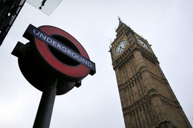 Cartel de una estación del metro de Londres con el Big Ben de fondo.