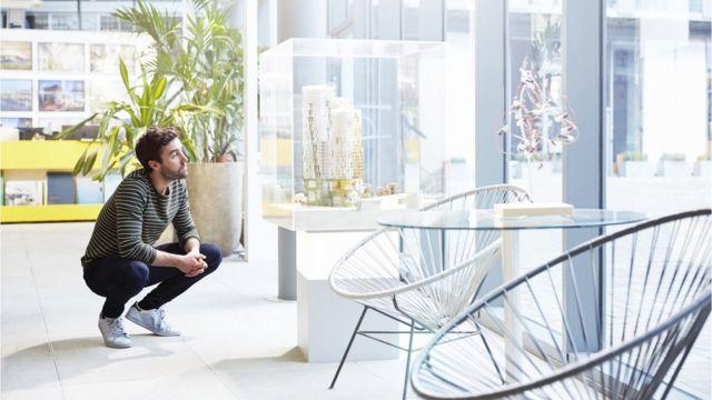 Un hombre contempla un diseño de arquitectura.