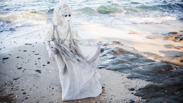 海と砂と競演するminoriさん