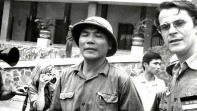 Ông Borries chụp hình chung với ông Tùng trước thềm Dinh Độc Lập