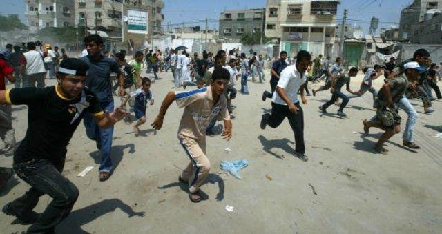 สมาชิกกลุ่มฟาตาห์วิ่งหนี ระหว่างการปะทะกับตำรวจของกลุ่มฮามาสเมื่อวันที่ 31 ส.ค. 2007 ในเมืองกาซาซิตี้ ฉนวนกาซา