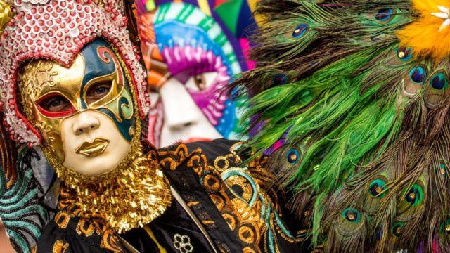 Pessoa mascarada durante desfile do Galo da Madrugada, no Recife